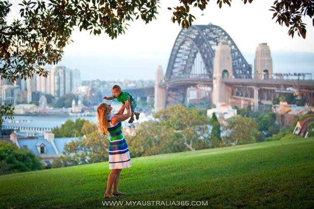 семейная фотосессия в Сиднее на фоне Харбор Бридж