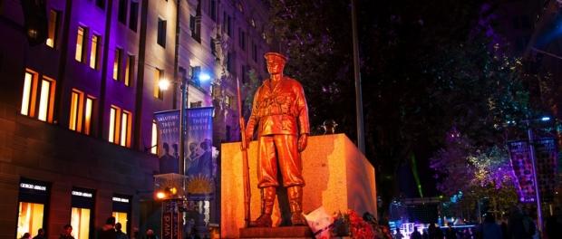Памятник погибшим солдатам в ходе Первой Мировой войны The Sydney Cenotaph на площади Martin Place
