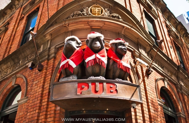 Знаменитый паб «Three Wise Monkeys» «Три мудрые обезьяны»